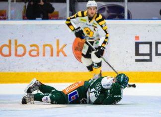 Skellefteås Joakim Lindström och Färjestads Oskar Steen efter den omtalade tacklingen under kvartsfinal 3 i SM-slutspelet