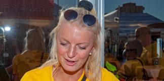 En av svenskarna i fanzone, Josefin, svarar på Hockeybladets Joakim Karlssons frågor.