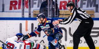 Oskarshamns Oskar Nilsson skadas efter tackling.