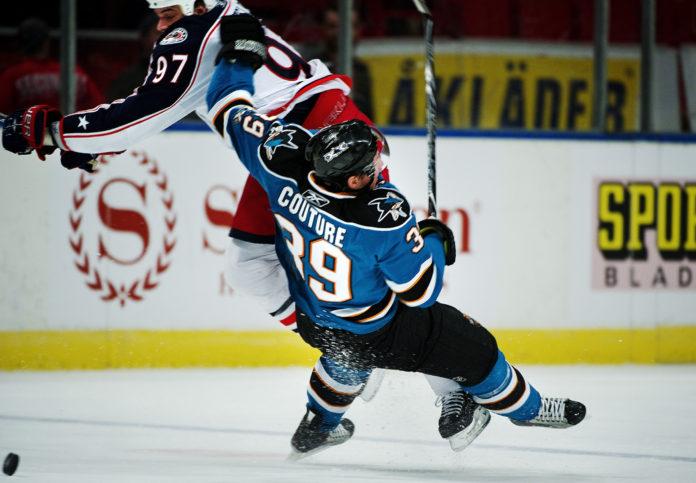 NHL: Se hur maskoten kryper ur en ismaskin och faller från taket