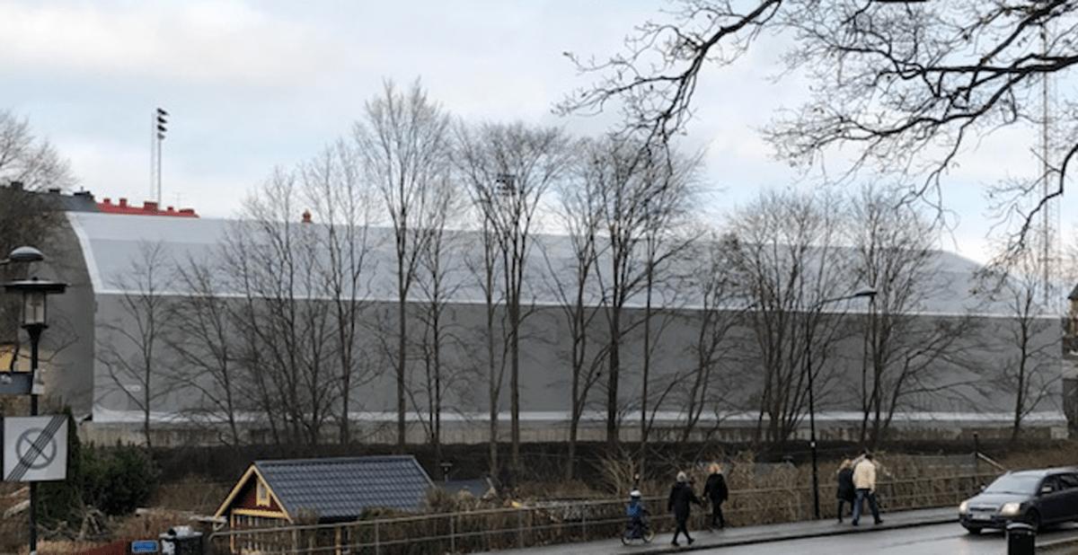 KRÖNIKA: Grattis Stockholm stad – det tog bara 2,25 år att bygga ett tält!